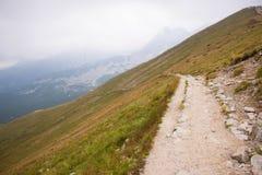 在Kasprowy Wierch的陡峭的边的道路在Tatra山的 库存图片