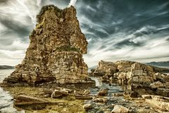 在Kassiopi的意想不到的峭壁形成在科孚岛,希腊靠岸 图库摄影