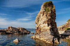 在Kassiopi的美丽的峭壁在科孚岛,希腊靠岸 免版税库存图片