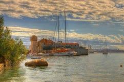 在Kastela,亚得里亚海的海滨,在分裂附近,克罗地亚- Kastel Gomilica 免版税库存图片
