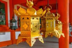 在Kasuga Taisha的古铜色灯笼在奈良 图库摄影