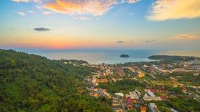 在Kata村庄普吉岛的日落 库存图片
