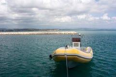在Katakolon港的一艘黄色快速汽艇在希腊 免版税图库摄影