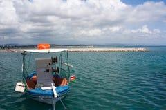 在Katakolon,希腊港的一条小船  免版税图库摄影