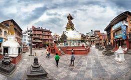 在Kathesimbhu stupa附近的孩子 库存照片