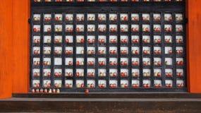 在Katsuoji寺庙的主要霍尔的Daruma在日本 库存照片