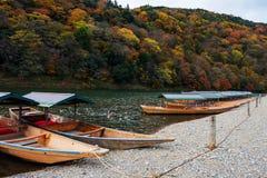 在Katsura河的小船秋天的, Arashiyama 库存图片