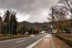 在kawagichiko湖,山梨,日本附近的街道 库存照片