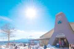 在Kawaguchiko湖的自然生存中心和富士山在冬天 库存照片