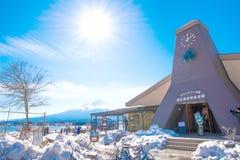 在Kawaguchiko湖的自然生存中心和富士山在冬天 免版税库存照片