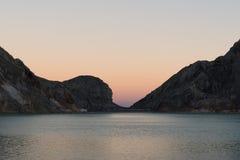 在Kawah伊真火山山里面的湖 图库摄影