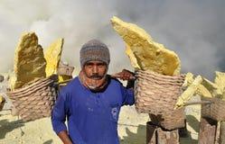 在Kawah伊真火山火山口里面的工作者运载的硫磺。印度尼西亚 免版税库存照片