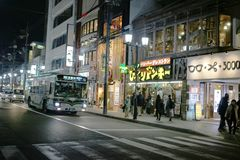 在Kawaramachi的现代街道在京都日本 免版税库存照片