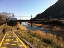在Kawazu的河视图在与孩子的冬天 免版税图库摄影