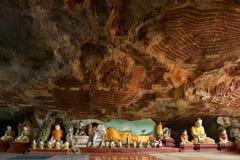 在Kawgun洞Hpa-An,缅甸Bur里面的美好的全景 免版税图库摄影