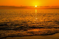 在Keawaula海滩的日落在奥阿胡岛` s干燥西部岸 库存图片