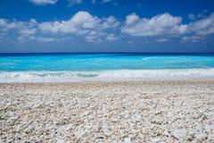 在Kefalonia海岛,希腊的Myrtos海滩 免版税库存图片