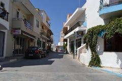 在Kefalos的现代部分的街道 库存图片