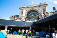 在Keleti火车站前面的难民在布达佩斯 免版税库存照片