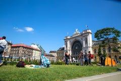 在Keleti火车站前面的难民在布达佩斯 免版税库存图片