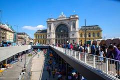 在Keleti火车站前面的难民在布达佩斯 库存图片