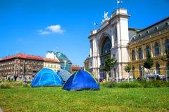 在Keleti火车站前面的难民在布达佩斯 免版税图库摄影