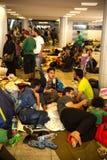 在Keleti火车站的地下部分搁浅的难民 免版税图库摄影