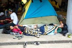 在Keleti火车站的地下部分搁浅的难民 库存照片