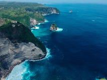 在Kelingking海滩附近的岩石在海岛珀尼达岛上在巴厘岛 免版税库存图片