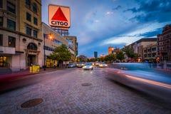 在Kenmore广场交易和Citgo标志在日落,在Bosto 免版税图库摄影