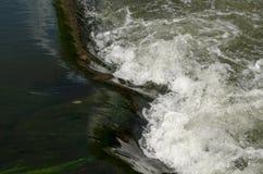 在Kennet和Avon运河的浪端的白色泡沫 免版税库存照片