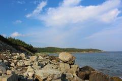 在Kennington小海湾海滩的一个平衡的岩石在Louisbourg附近堡垒在海角不列塔尼人海岛的 库存照片