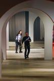 在Kenzo期间的跑道显示的设计师卡罗尔林和温贝托利昂步行 库存照片