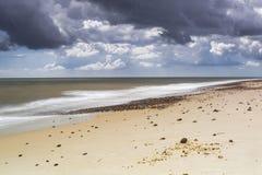 在Kessingland海滩的喜怒无常的天空 库存图片