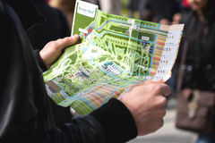在Keukenhof供以人员拿着花节日地图  免版税库存图片
