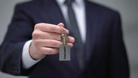 在keychain的空置词在商人手,可用的房间上在旅馆,特写镜头里 影视素材