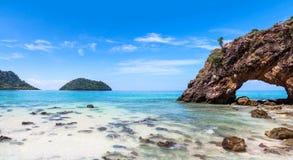 在Khai海岛, Tarutao国家公园,沙敦府,泰国的石曲拱 库存照片