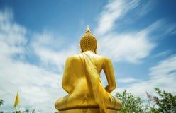 在Khao La数字寺庙达,泰国的金黄菩萨雕象 免版税库存照片