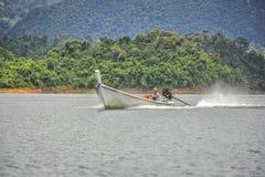 在Khao Sok国家公园,泰国的长尾巴小船 免版税库存图片