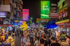 在Khaosan路的夜生活在中央曼谷 图库摄影