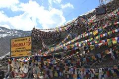 在Khardungla通行证的祷告旗子 库存照片