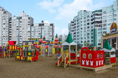在Khatayevich街,戈梅利, Belar上的现代儿童的游乐场 库存照片