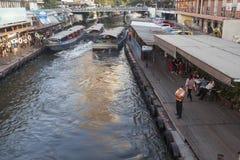 在Khlong渠道的小船服务在曼谷 免版税库存照片