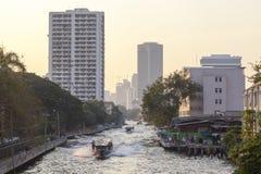 在Khlong渠道的小船服务在曼谷 免版税库存图片