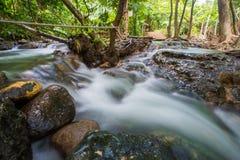 在Khlong Thom Nuea, Krabi的温泉瀑布 库存图片