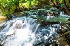 在Khlong Thom Nuea, Krabi的温泉瀑布 免版税图库摄影
