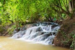 在Khlong Thom Nuea, Krabi的温泉瀑布 免版税库存照片