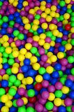 在kids& x27的许多五颜六色的塑料球;在操场的ballpit 库存照片
