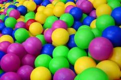 在kids& x27的许多五颜六色的塑料球;在操场的ballpit 库存图片