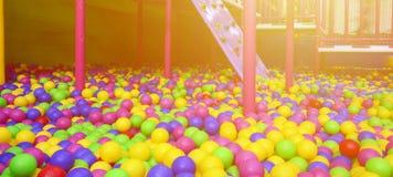 在kids& x27的许多五颜六色的塑料球;在操场的ballpit 免版税图库摄影
